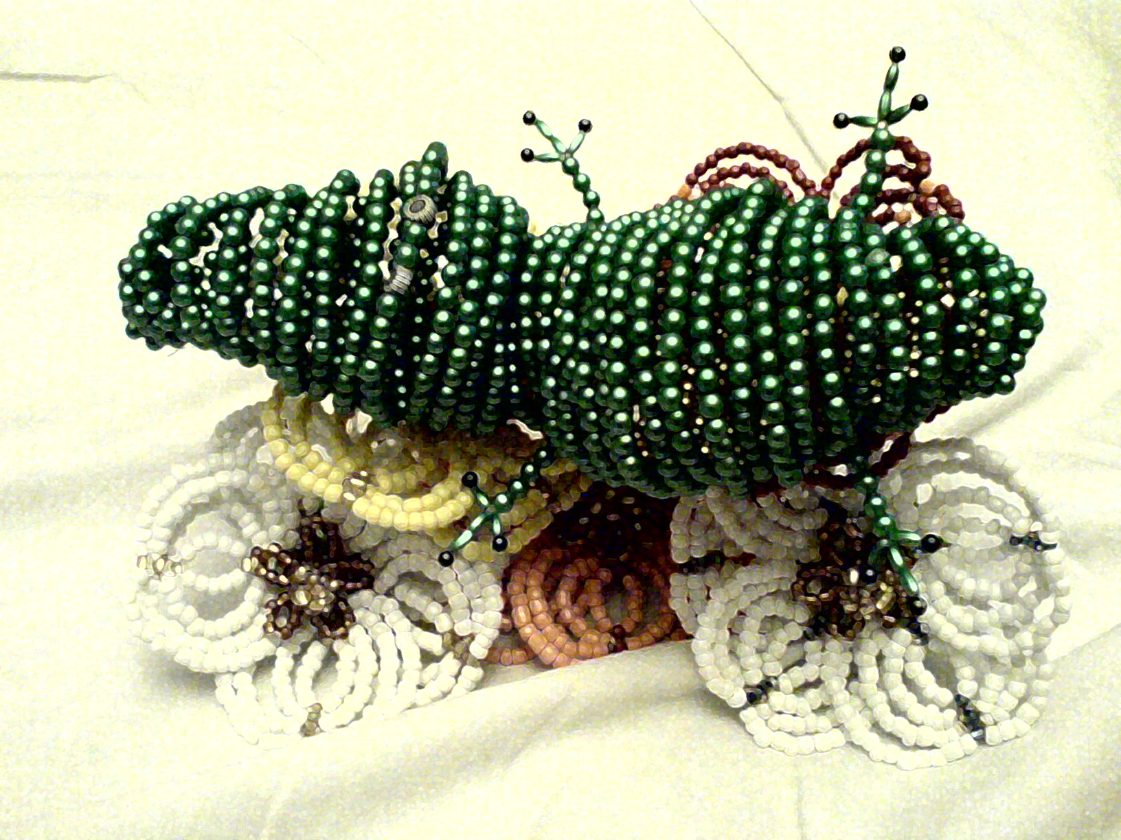 Крокодил и цветы из бисера.